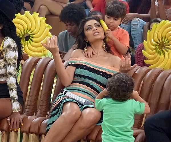 No clima da decoração do Esquenta, a atriz se divertiu com os filhos  (Foto: Fabio Rosso/ Gshow)