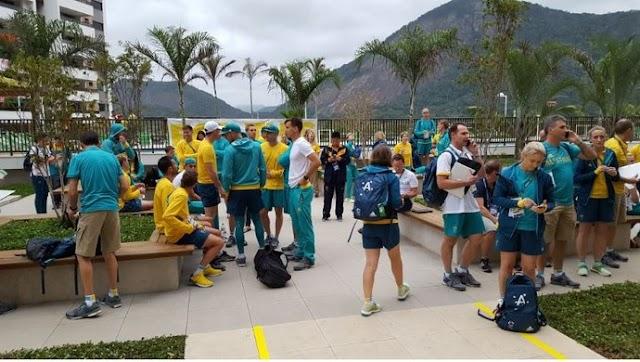 Na Vila Olímpica, fumaça em caixa de papelão na escada assusta os australianos.