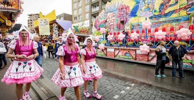 Varias personas se disfrazan durante la Feria 'Pink Monday' (Lunes rosa), un evento para la comunidad de gais, lesbianas, trans y bisexuales (LGTB) celebradas en la localidad de Tilburg, Holanda hoy 20 de julio de 2015. EFE/Robin Van Lonkhuijsen