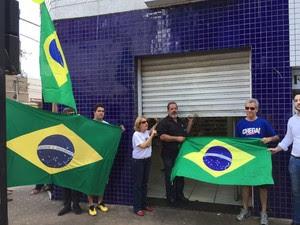 Manifestantes pedem para comerciantes baixarem as portas em protesto (Foto: Graziela Rezende)