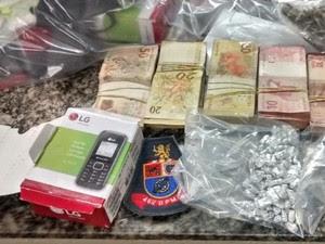 Adolescente é detido com droga e  R$10 mil em espécie em São José (Foto: Divulgação/Polícia Militar)