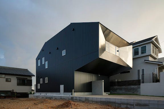 Hansha Reflection House is a two-story detached residential structure in Nagoya that features a courtyard and roof deck.