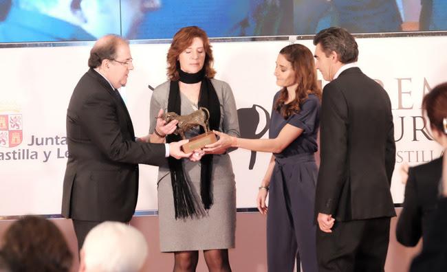 Herrera entregando el premio a la familia de Víctor Barrio.