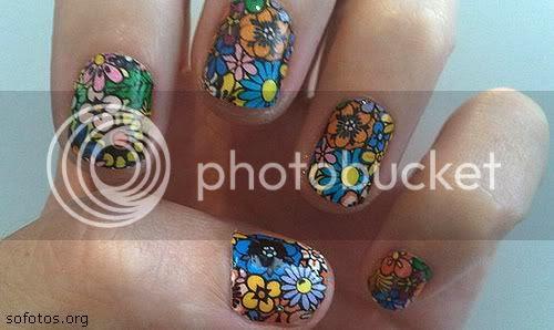 unhas pintadas com flores