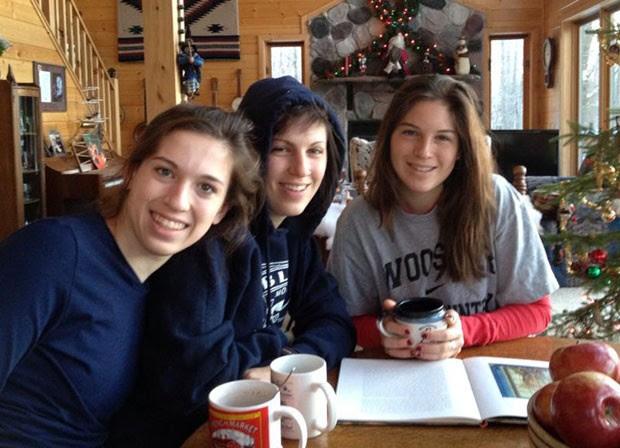 As irmãs Megan Margaret Andrews-Sharer, de 25 anos, Erin, de 22 anos e Kelsie, de 16 anos, em foto sem data (Foto: Teton County Sheriff's Office via AP)