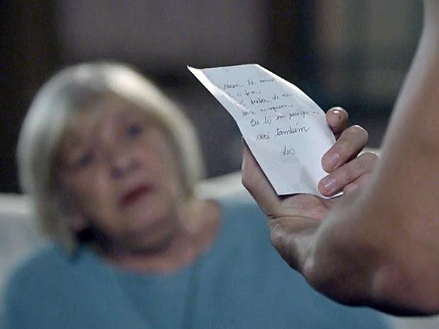 Duca lê bilhete misterioso em voz alta e dona Dalva acompanha tudo (Foto: Malhação / TV Globo)