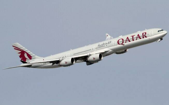Bebê foi encontrado pela equipe de limpeza da Qatar Airways, companhia aérea responsável pelo avião
