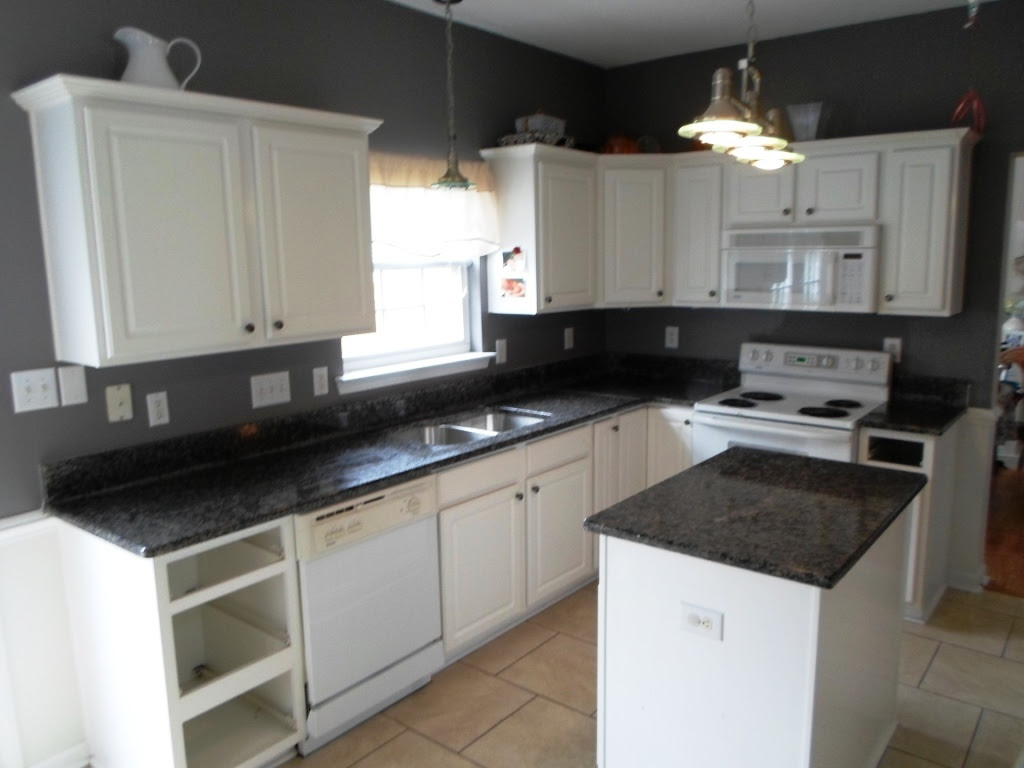 White Kitchen Cabinets With Black Granite Countertops Erigiestudio