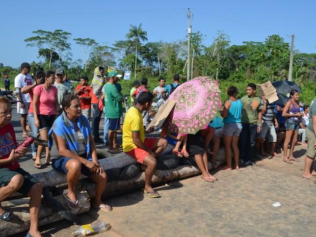 Manifestantes querem que estrada seja asfaltada (Foto: Vanísia Nery/G1)