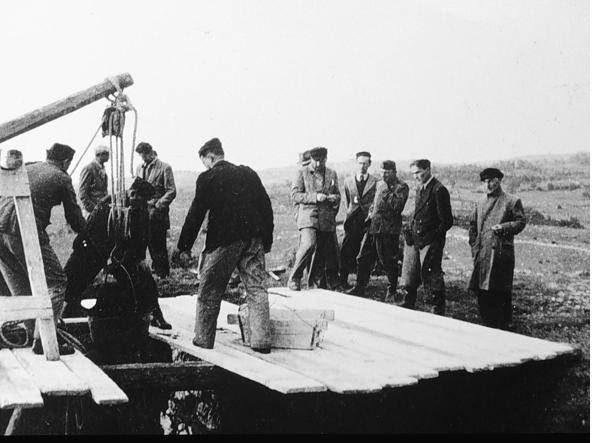 Militari impegnati nel recupero delle salme gettate nelle foibe (Ansa)