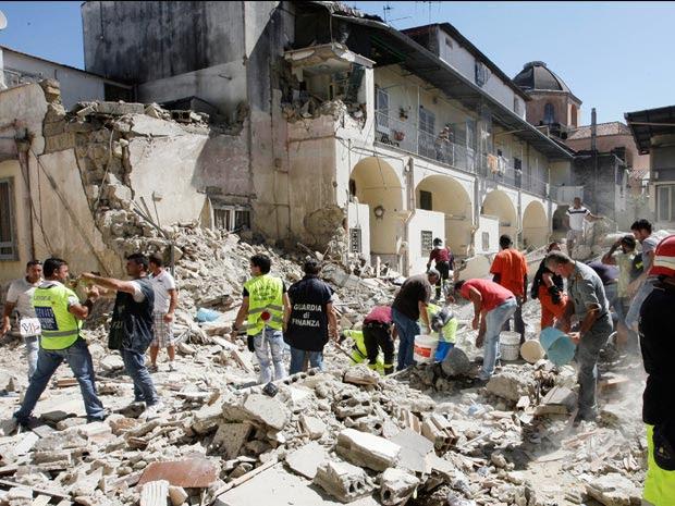 Equipes de resgate fazem buscas em local de desabamento de prédio na Itália