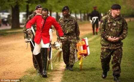 O soldado recebeu cuidados médicos e voltou para o quartel caminhando