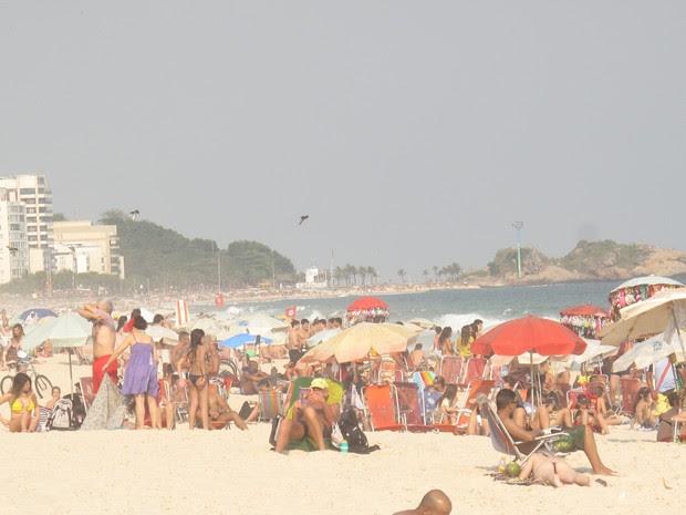 Praia de Ipanema ficou cheia no dia mais quente do ano (Foto: Marcelo Elizardo/ G1)