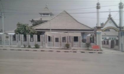 Gambar 7. Masjid Agung Kebumen yang berselimut debu vulkanik pekat pada Jumat 14 Februari 2014. Ketebalan debu mencapai 2 cm atau lebih, padahal lokasi ini terletak 300 km di sebelah barat Gunung Kelud. Sumber: Warta Kebumen, 2014.