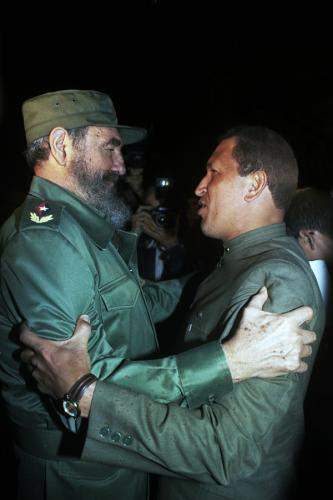 Chávez junto a Fidel  durante su primera visita a Cuba en diciembre de 1994, cuando era  el  máximo dirigente del Movimiento Bolivariano Revolucionario-200