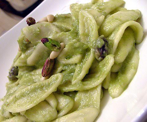 Foglie d'ulivo alla crema di asparagi acciughe pinoli e pistacchi di bronte