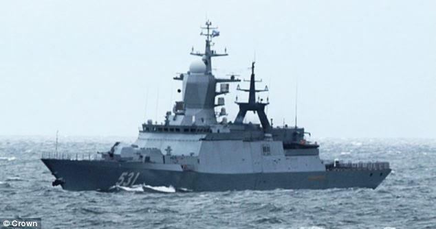 Identificado: A classe Steregushchiy fragata longo 104metre-RFS Soobrazitelny, um navio de guerra russo, parecia estar realizando manobras de rotina em águas internacionais