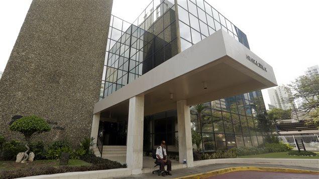 Un gardien de sécurité garde l'immeuble qui abrite les locaux de Mossack Fonseca, à Panama City.