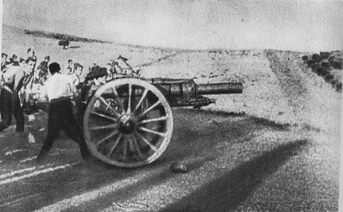 Fuerzas de artillería republicanas disparan contra el Alcázar desde la Dehesa de Pinedo. 22 de julio de 1936.