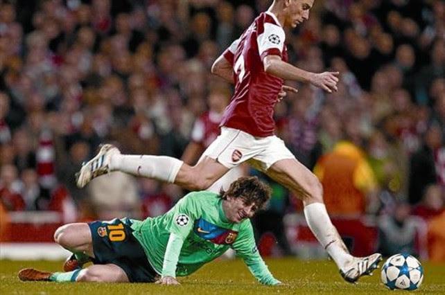 Espeso 8 Messi se resbala ayer en Londres ante Koscielny, el central del Arsenal. JORDI COTRINA