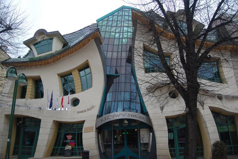 2-33-Worlds-Top-Strangest-Buildings-crookedhouse