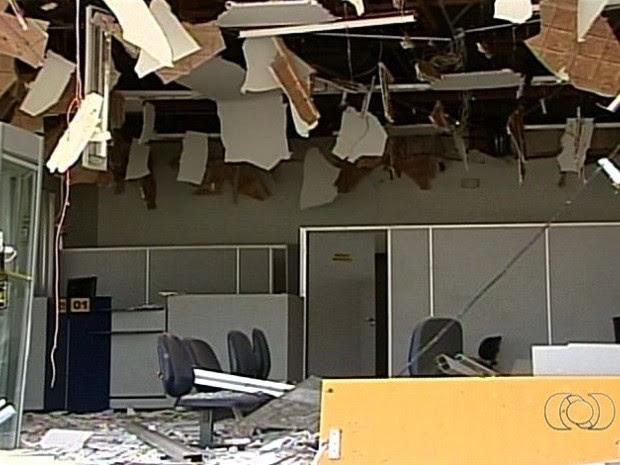 Agência bancária fica destruída após explosão em caixa eletrônico, em Três Ranchos, Goiás (Foto: Reprodução/TV Anhanguera)