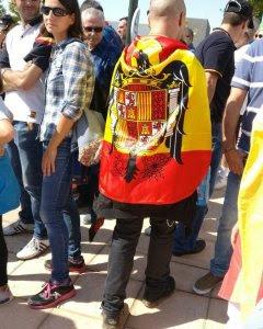 Un grupo de ultras, con banderas de España, increpan a los miembros de Unidos Podemos a las puertas de su asamblea en Zaragoza