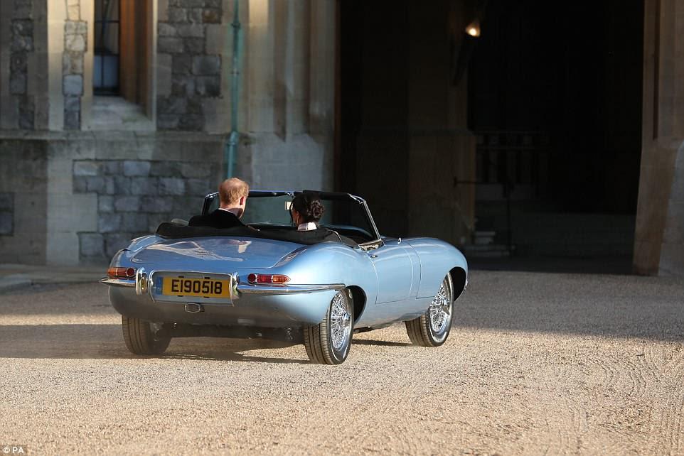Harry y Meghan viajaron en un Jaguar convertido a energía eléctrica, que tenía una matrícula con fecha de ayer
