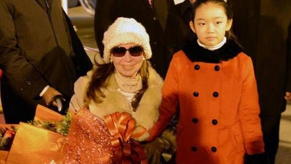 """Recepción. Cristina ayer subió esta foto a Twitter: """"Cuando llegué, con la calidez de siempre, me recibe una nena hermosa con tapadito rojo""""."""