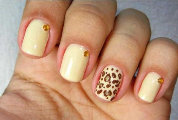imagem de unhas decoradas com pedrinhas