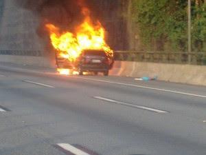 Carro pega fogo na Rodovia dos Imigrantes (Foto: Gustavo Batista/Arquivo Pessoal)