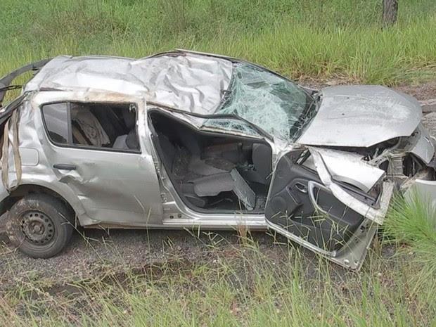 Carro capotou em barranco e duas pessoas ficaram feridas (Foto: Reprodução/ TV TEM)