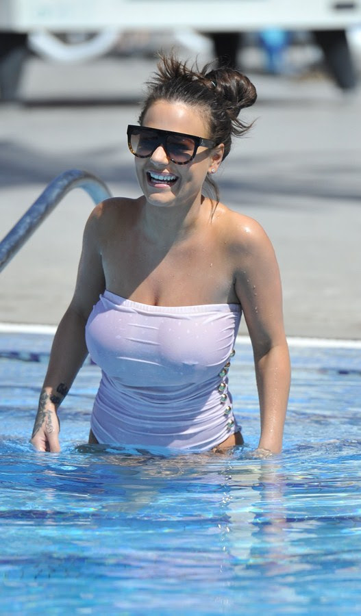 Chantelle-Connelly-See-Through-wet-swimsuit-pool-kanoni-4