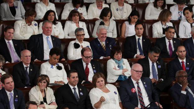 Democratas assistindo ao discurso de Trump