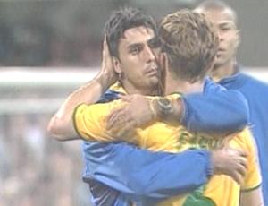 Athirson abraço o lateral-esquerdo Fábio Aurélio na partida contra Camarões (Foto: Reprodução SporTV)