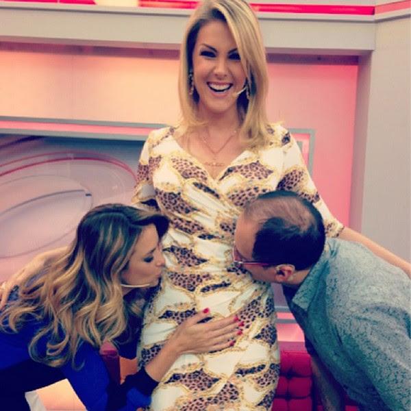 Os apresentadores Ticiane Pinheiro e Britto Jr. beijando a barriga de Ana Hickmann (Foto: Reprodução/Instagram)