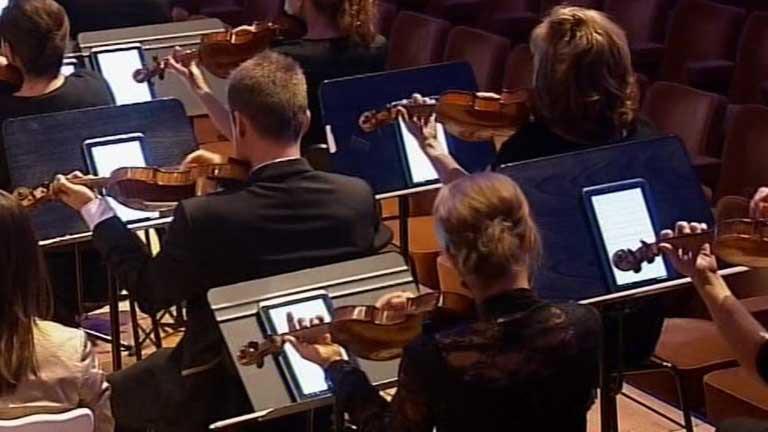 La Orquesta Filarmónica de Bruselas cambia las partituras por tabletas