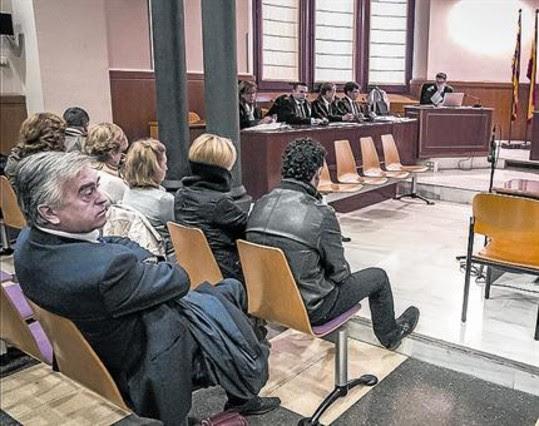 Un grupo de acusados (primera fila) en la Audiencia de Barcelona, ayer.