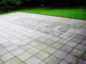 088c Kunstwerk tekst en figuren op steen