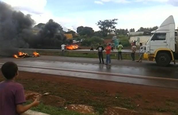Caminhoneiros fecham BR-153 em Itumbiara, Goiás (Foto: Reprodução/TV Anhanguera)