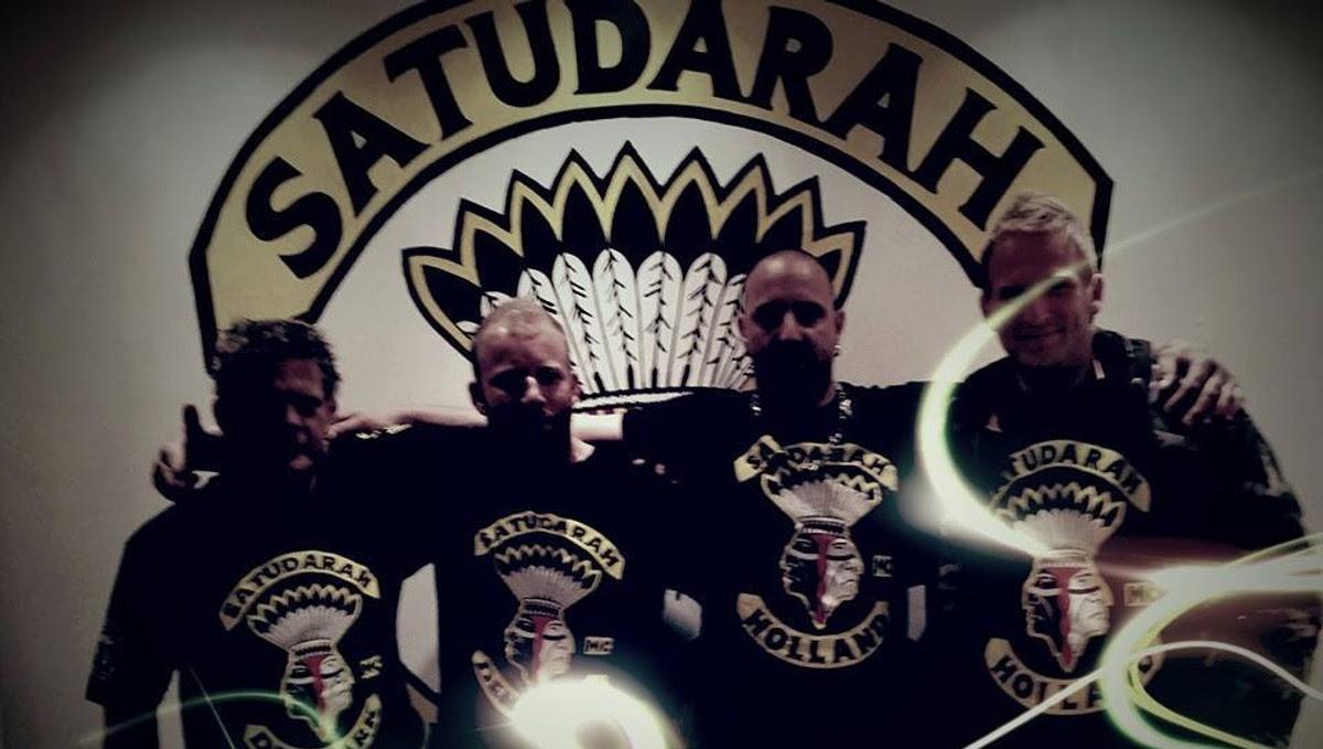 Satudarah MC Norway - leder og talsmann Ronny nr to fra venstre - STÅR SAMMEN: – Vi ønsker å bli en god kameratgjeng med felles interesser, kjøre motorsykkel, feste og ha det gøy, sier Ronny (nr. to fra venstre), leder for Satudarah MC Norway. Politiet omtaler MC-klubben som «beryktet».