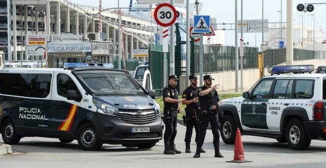 Vehículos de la Policía y de la Guardia Civil a la entrada del Puerto de Barcelona. REUTERS/Eloy Alonso