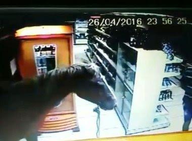 Homem assalta loja de conveniência montado em cavalo na Paraíba
