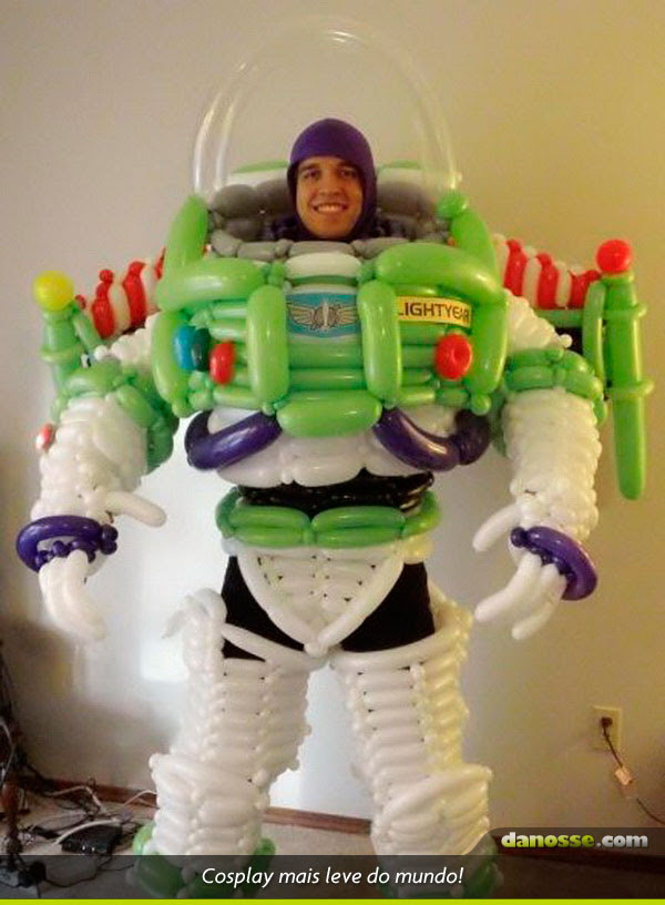 Cosplay de Buzz Lightyear com bexigas!