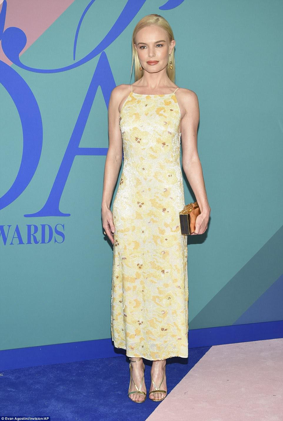Poder das flores: Kate Bosworth, que se tornou um nome familiar depois de estrelar em Blue Crush, parecia bonita como uma foto em seu vestido floral de contas amarelas e brancas;  A atriz emparelhou o vestido flirty com acessórios de ouro
