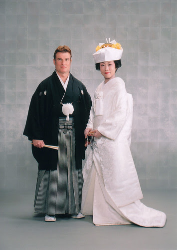 a pair of Japanese-style wedding dress with a simple color combinations