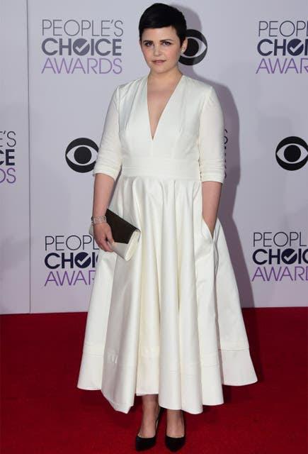 Ginnifer Goodwin, la blancanieves de Once Upon a Time, lució un vestido blanco tableado con mangas tres cuarto; voto positivo. Foto: REUTERS