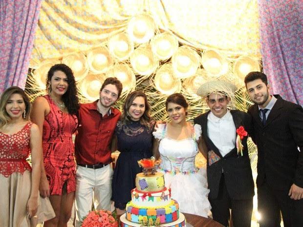 Casal já caracterizado de noivos matutos com alguns convidados do casamento (Foto: Amanda Sales/Arquivo Pessoal)