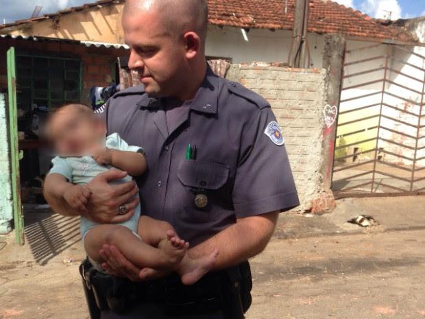 Uma das crianças retirada da casa tem quatro meses (Foto: Divulgação / Polícia Militar de Avaré)