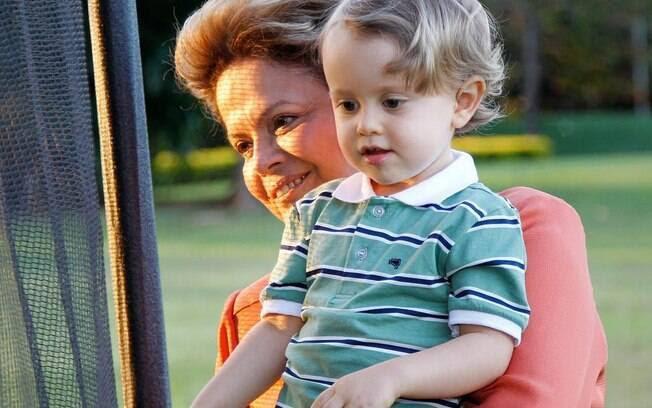 Presidente Dilma Rousseff postou foto abraçada ao neto Gabriel em sua conta no Facebook